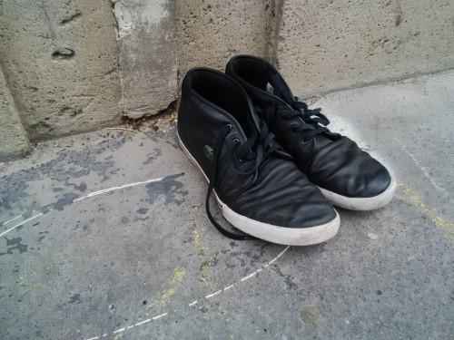 Une paire de chaussures familière, soudain à la rue